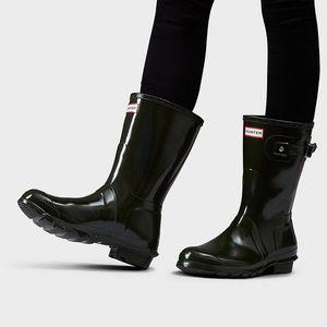 Hunter rain boots. 🖤
